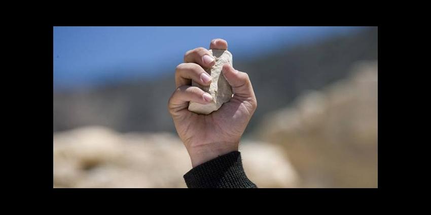 Le miséricordieux Allah commande de lapider les adultères