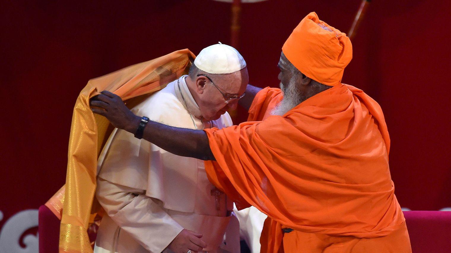 le-pape-francois-recoit-une-echarpe-safran-d-un-dignitaire-hindou-lors-d-une-rencontre-inter-religieuse-a-colombo-au-sri-lanka-le-13-janvier-2015_5187049