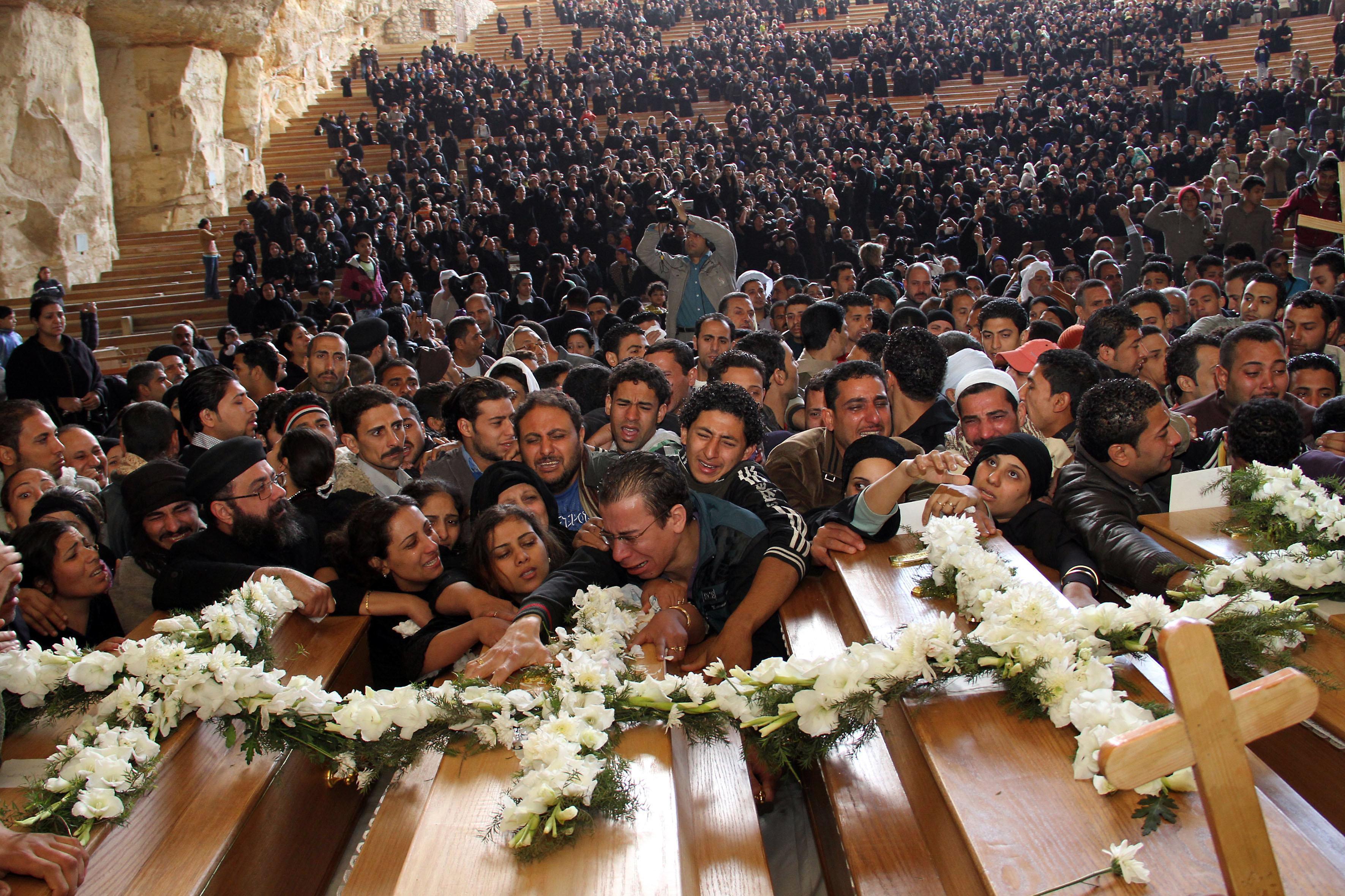 7777088332_des-chretiens-coptes-assistent-aux-funerailles-de-leurs-proches-tues-lors-de-violences-confessionnelles-archives