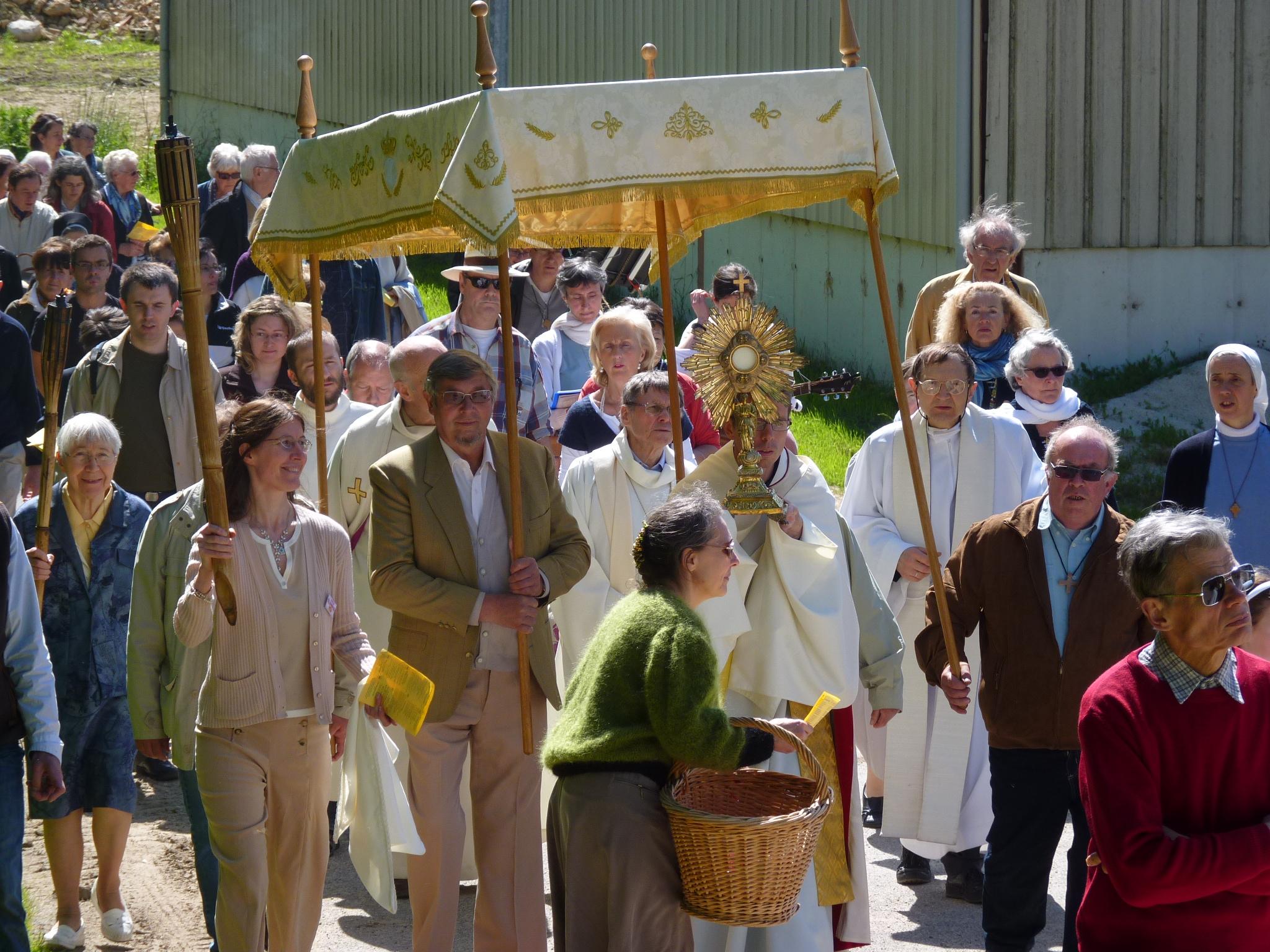Arrivee-pres-d-Andecy-Procession-du-St-Sacrement-Fete-Dieu-2013-3