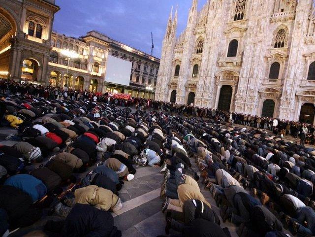 Prière musulmane devant la cathédrale de Milan